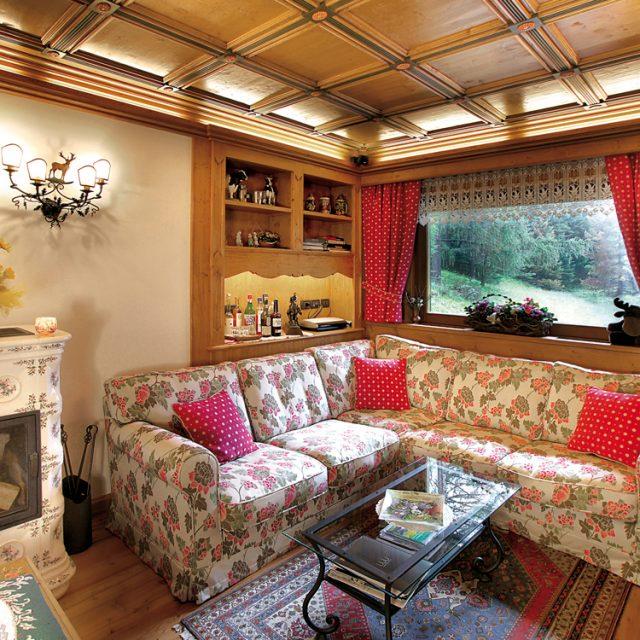 Realizzazioni artigiana arredi produzione mobili in for Mobili soggiorno decorati